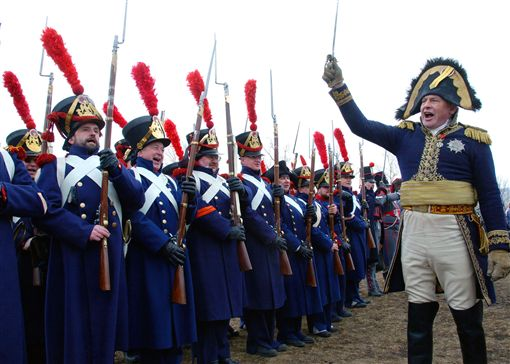 2005年4月10日,俄羅斯軍事歷史協會主席奧列格·索科洛夫(Oleg Sokolov)打扮成法國皇帝拿破崙·波拿巴(Napoleon Bonaparte)。(圖/路透/達志影像)