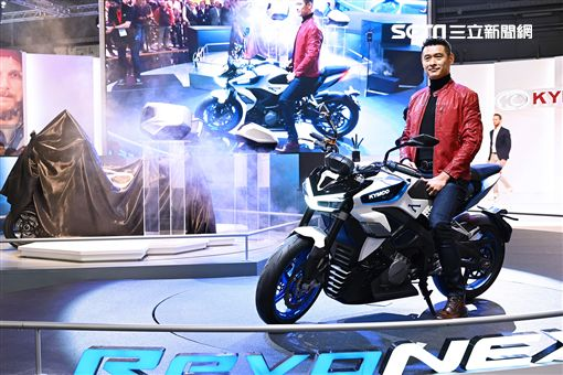 ▲KYMCO董事長柯勝峯在米蘭車展發表RevoNEX。(圖/鍾釗榛攝影)