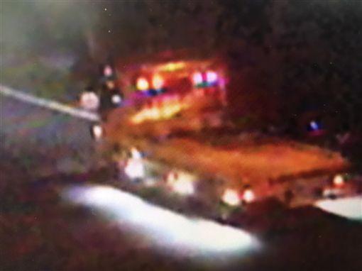 一輛瑪莎拉蒂被拖吊車從桃園大溪拖到平鎮、湖口一處民宅內。(圖/翻攝畫面)