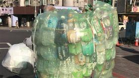阿公做回收「棋盤式」擺放寶特瓶。(圖/爆怨公社)