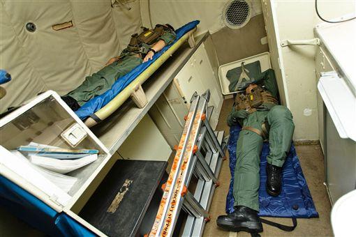 P-3C反潛機每趟任務飛行時間為4至10小時,若超過6小時飛行任務,就必須多出一組機組人員上機輪班執行任務,艙內空間狹窄有限,休息時只能「打地鋪」。(軍聞社提供)中央社記者游凱翔傳真 108年11月10日