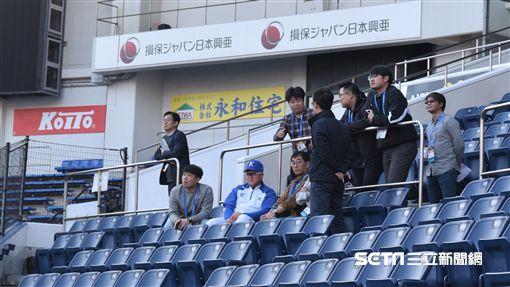韓國專任監督金卿文場邊看練球。(圖/記者王怡翔攝影)