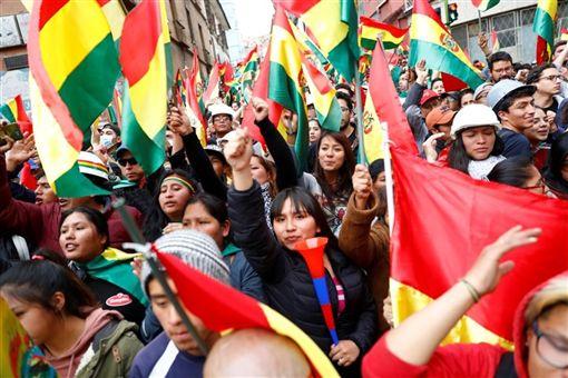 玻利維亞上月大選傳出爭議引爆民眾示威,緊繃情勢至今不見緩解。圖為9日玻國民眾高舉國旗走上首都拉巴斯街頭。(路透社提供)