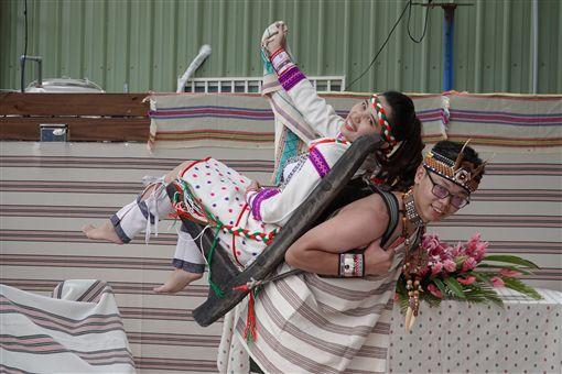 太魯閣族傳統婚禮的儀式中,新郎要以木製揹架「多幹(tokang)」揹新娘進場,代表男子有相當體力,象徵著往後有能力給予女子好生活。(田貴實提供)中央社記者李先鳳傳真 108年11月10日