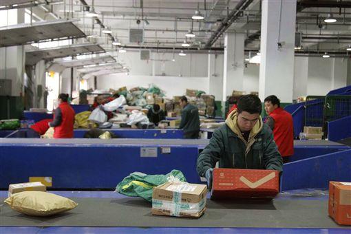 每逢「雙11」購物節期間,中國快遞員的工時往往超過12小時,還要承受被消費者投訴的壓力。(中新社提供)中央社 108年11月10日