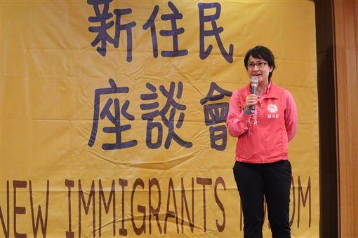 內政部移民署10日在花蓮舉辦新住民座談會,民進黨籍立委蕭美琴出席,提及自己母親當年來台當新住民的辛酸。中央社記者李先鳳攝 108年11月10日