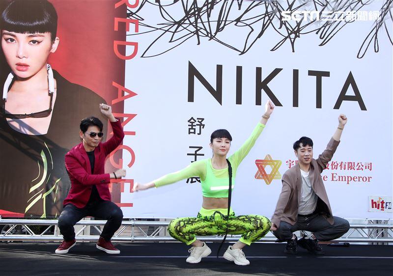 舒子晨首場EP簽唱會阿KEN、小賴站台與舒子晨尬舞。(記者邱榮吉/攝影)