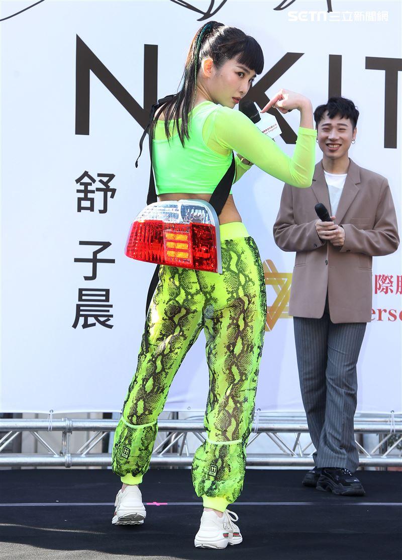 舒子晨首場EP簽唱會阿KEN送上車尾燈,讓別人永遠追不上她,演藝圈大放光芒。(記者邱榮吉/攝影)