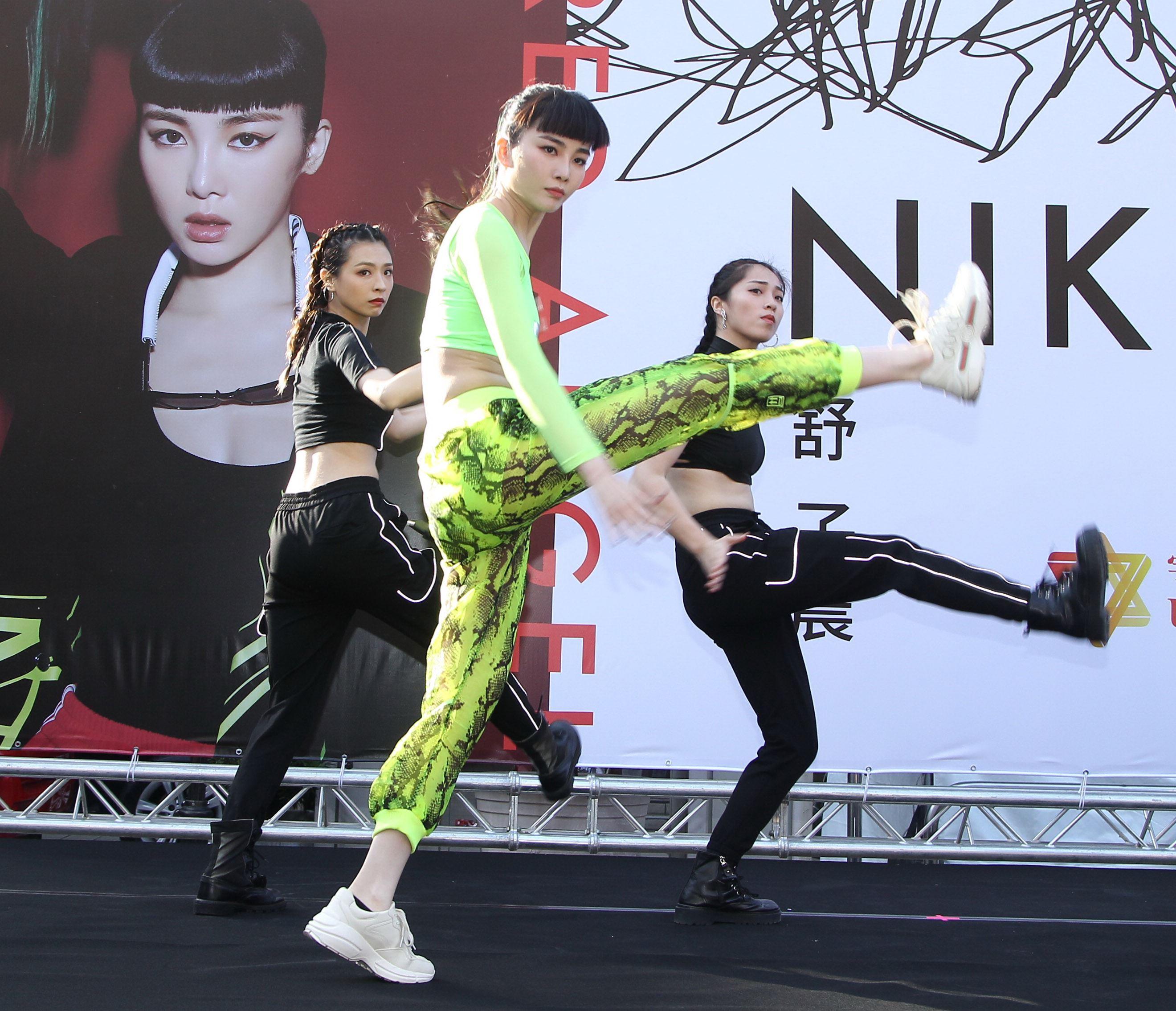 舒子晨首場EP簽唱會現場載歌載舞讓粉絲瘋狂。(記者邱榮吉/攝影)