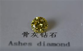 骨灰,鑽石,費用,親人,紀念 圖/翻攝爆廢公社二館