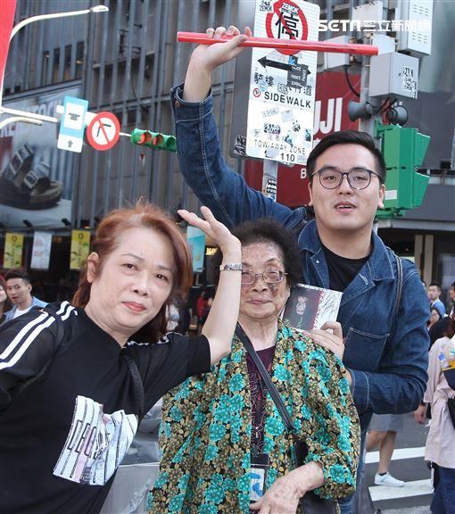 舒子晨首場EP簽唱會阿嬤、媽媽、弟弟到場加油打氣。(記者邱榮吉/攝影)