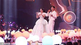 俄羅斯女高音歌手阿依達和男歌手阿雲嘎氣勢開場。(圖/翻攝自優酷直播)