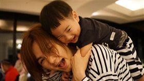 「Ella」陳嘉樺跟老公「解孵」賴斯翔,兒子「勁寶」。(翻攝臉書)