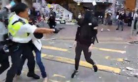 香港警察西灣河開實彈真槍 民眾中彈倒地/立場新聞
