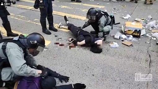 香港警察西灣河開實彈真槍 民眾中彈倒地(圖/翻攝自進擊新聞)