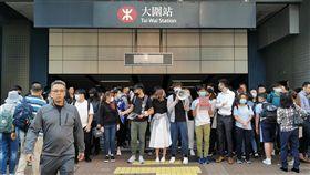 香港發起抗爭 交通癱瘓11日香港各區都有學生堵路和堵地鐵站。圖為新界大圍鐵路站被堵。中央社記者張謙香港攝  108年11月11日