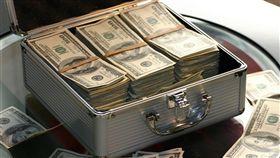 美國政府數據顯示,美國收入最高前1%富豪的財富,已增長至與中產和中上階級的加總相當。(示意圖/圖取自Pixabay圖庫)