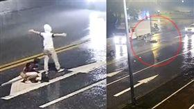 帽T男站路中央「張雙臂」尋死 女友阻遭撞飛(圖/翻攝自廣州交警微博)