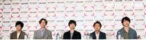 傑尼斯天團「ARASHI嵐」成員(左至右)二宮和也、相葉雅紀、松本潤、大野智、櫻井翔,來台舉行記者會。(記者邱榮吉/攝影)