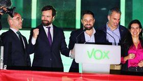 西班牙大選10日開票,極右派政黨民聲黨席次從24席暴增至52席,圖為民聲黨領導人阿巴斯卡爾(左3)率黨員在總部發表勝選演講。(圖取自twitter.com/ivanedlm)