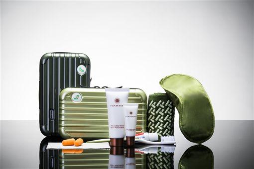 長榮航空過夜包 RIMOWA迷你行李箱造型過夜包 Salvatore Ferragamo 吳季剛過夜睡衣 長榮航空提供