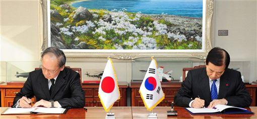 南韓青瓦台國家安保室長鄭義溶10日指出,日本政府先解除出口限制措施,南韓政府才能重新考慮續簽「韓日軍事情報機密保護協定」。圖為2016年11月日本南韓簽訂GSOMIA。(韓聯社提供)
