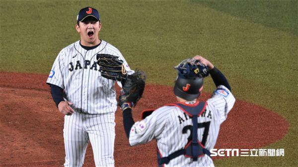 12強日本隊獲勝,山崎康晃慶祝。(圖/記者王怡翔攝影)