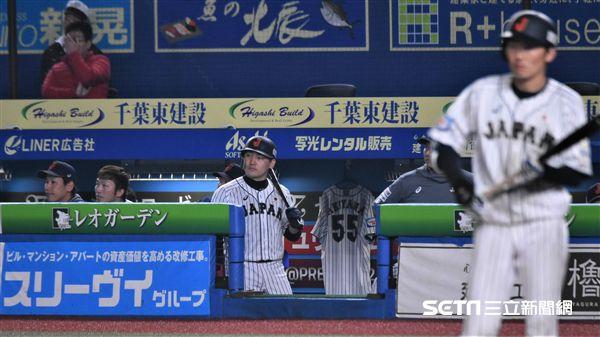 12強日本隊帶著秋山翔吾球衣一起奮戰。(圖/記者王怡翔攝影)