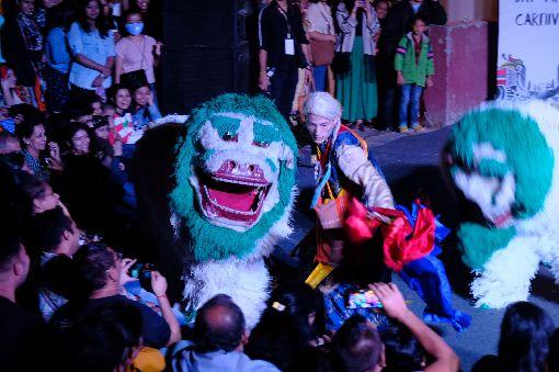 大吉嶺尼泊爾人表演舞獅數個世代移居印度西孟加拉大吉嶺的尼泊爾人,10日晚間帶來當地獨特的舞獅,弄獅人帶著雪山獅與觀眾互動。中央社記者康世人新德里攝  108年11月11日