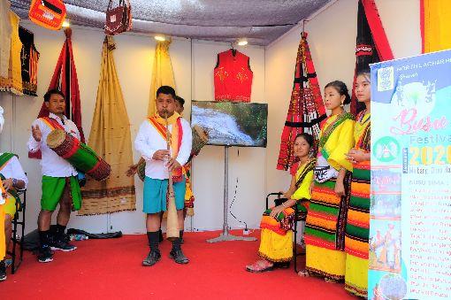 印度阿薩姆省迪瑪薩部落帶來傳統音樂印度阿薩姆省迪瑪薩部落8日到10日在阿薩姆省迪瑪哈索縣旅遊局攤位,帶來傳統音樂。中央社記者康世人新德里攝  108年11月11日
