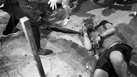 林鄭譴責暴力引反效果?黑衣男深夜遭毆鮮血狂噴(圖/路透社/達志影像)