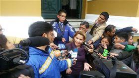 玻利維亞總統莫拉萊斯請辭,國會參議院副議長艾尼茲(中)是接任臨時總統的第一順位人選。(圖/翻攝自twitter.com/JeanineAnez)
