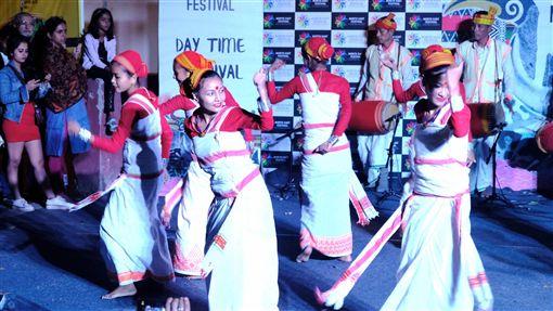 印度阿薩姆省狄奧里部落表演傳統舞蹈印度阿薩姆省的狄奧里部落10日晚間在新德里的東北嘉年華會中帶來慶祝豐收的傳統舞蹈,展現獨特文化與當地女性之美。中央社記者康世人新德里攝  108年11月11日