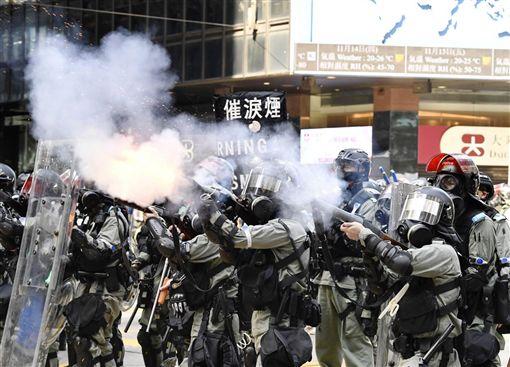 學者分析,香港特首林鄭月娥赴上海會見中共總書記習近平後,取得政治授權,未來只會更加強硬。圖為11日香港警察向示威民眾發射催淚彈。(共同社提供)