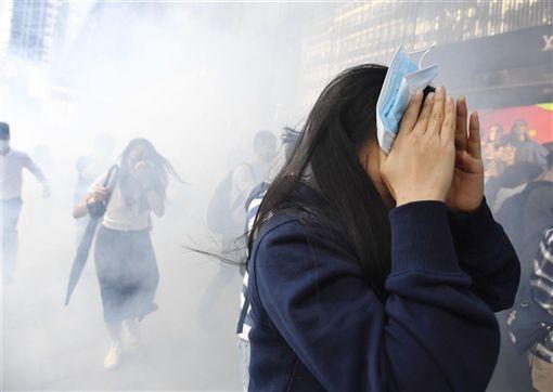 學者分析,林鄭月娥11日的談話顯示,她獲得北京當局授權後,未來「只會硬,不會軟」。圖為11日香港民眾受催淚彈波及逃離示威現場。(共同社提供)