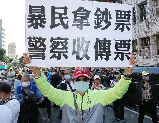 退警總會集會遊行 抗議太陽花案判賠(2)太陽花學運行政院驅離案,台北市警察局遭判賠,引發部分警界人士不滿。中華民國退休警察人員協會總會12日以「捍衛警察尊嚴」為由,到台北地方法院集結並舉標語抗議。中央社記者郭日曉攝 108年11月12日