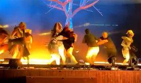 影/藝術節變調…男衝上台狠刺3藝人 鮮血狂濺觀眾驚逃,沙烏地阿拉伯(圖/翻攝自推特)
