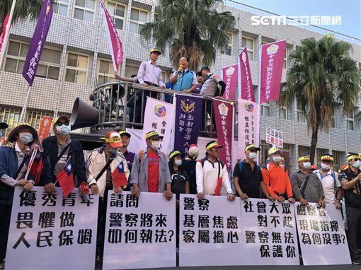 中華民國退休警察協會長耿繼文動員500人前往台北地院抗議(楊忠翰攝)