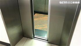 電梯、賣場、坐電梯。(圖/記者楊佩琪攝)