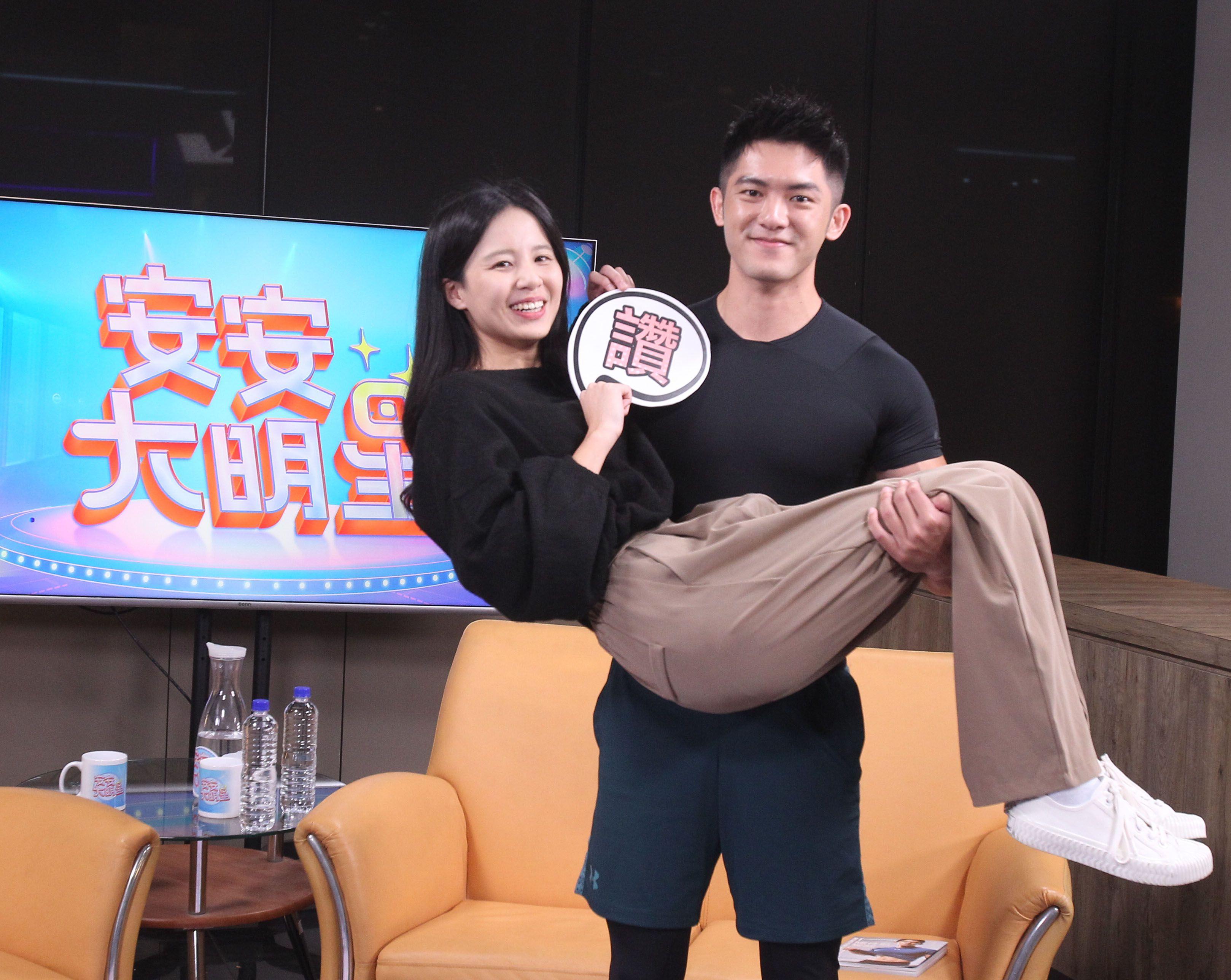 健身教練林冠宇安安大明星寫真集宣傳。(記者邱榮吉/攝影)