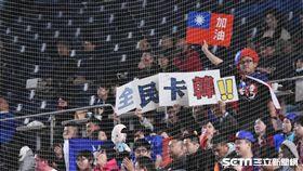 ▲球迷帶著韓國瑜娃娃、自製全民卡韓標語到日本挺中華隊。(圖/記者王怡翔攝影)