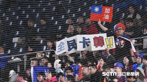 ▲球迷帶著韓國瑜娃娃、自製卡韓標語到日本挺中華隊。(圖/記者王怡翔攝影)