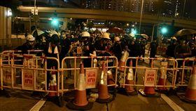 香港三罷引發大混戰(3)反送中5日發起「三罷」7區集會,引發全港大混戰,示威者兵分多路圍攻13間警署,到處封街、縱火。圖為示威者以護欄、鐵馬堵住東區走廊,阻止車輛通行。(中通社提供)中央社 108年8月6日