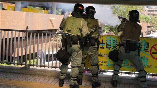 港警,反送中,香港理工大學,黑衣人,催淚彈(圖/翻攝自Tong_Shuo twitter)