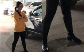 女駕駛拒酒測出奇招 警察看了超傻眼(圖/翻攝自微博)