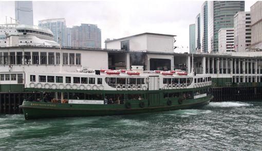 受「反送中」示威者破壞,香港交通在13日幾近癱瘓,一些市民被逼搭乘渡輪過海上班,重現幾十年前的畫面;圖為橫跨維港的渡輪。(中央社)