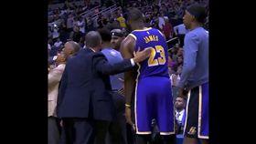 「詹皇」LeBron James想擊掌卻遭對方忽略。(圖/翻攝自推特)
