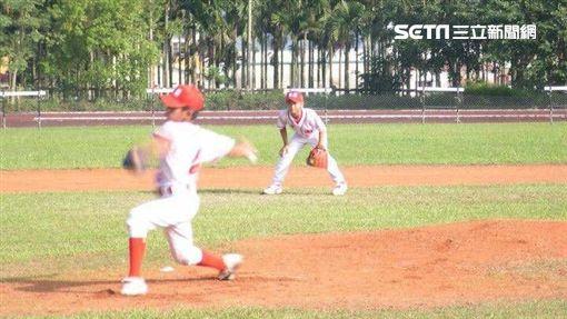張奕台北市東園國小時練球的照片 父親張正昌提供