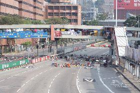 示威者投雜物  道路停擺