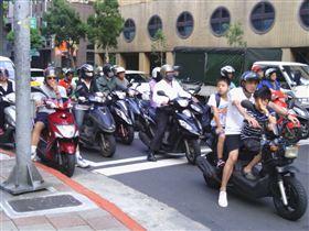 ▲台灣民眾最怕在街頭,遇上馬路「三寶」(圖/翻攝自Flickr)